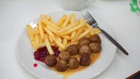 Een plaat van Frieten en vleesballetjes Het voedsel in de koffie stock videobeelden