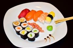 Een plaat van geselecteerde maki en nigirisushi stock foto's