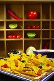 Een plaat van heerlijke tortillanachos met gesmolten kaassaus, c Royalty-vrije Stock Fotografie