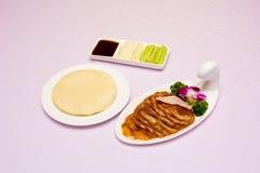 een plaat van Peking eend en een plaat van pannekoek Stock Fotografie