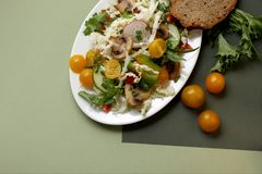 Een plaat van salade met groenten, paddestoelen royalty-vrije stock fotografie