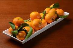 Een plaat van sinaasappelen op de lijst Royalty-vrije Stock Afbeeldingen