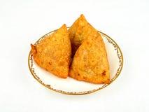 Een plaat van smakelijke samosa Stock Afbeeldingen