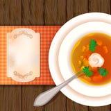 Een plaat van soep op een houten lijst. Stock Foto's