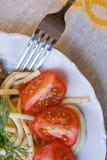 Een plaat van spaghetti met tomaten Royalty-vrije Stock Afbeelding