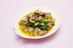 een plaat van tweekleppig schelpdier en groente Royalty-vrije Stock Fotografie