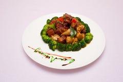 een plaat van vlees en bamboespruiten Stock Fotografie