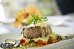 Een plaat van voedsel wacht om bij een fijn restaurant worden gegeten Stock Fotografie
