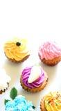 Een plaat van vrolijke minicupcakes royalty-vrije stock afbeeldingen