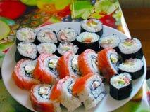 Een plaathoogtepunt van verse, mond-water gevende sushi stock foto