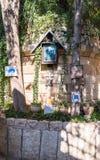 Een plaats van verering bij de ingang aan de yard van Kerk van Mary Magdalene in Jeruzalem, Israël stock fotografie