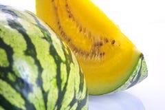Een plak van gele watermeloen stock afbeeldingen
