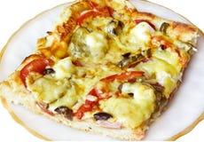 Een plak van pizza op een witte plaat royalty-vrije stock fotografie