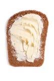 Een plak van roggebrood met boter dichte omhooggaand op wit Royalty-vrije Stock Foto