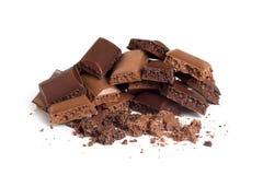 Een plak van stukken van poreuze zwarte en melkchocola Stock Foto's