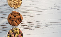 Een planmening van de noten in de emmers Stock Fotografie