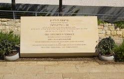 Een Plaque bij het Kinderen` s Terras in het de Holocaustmuseum van Jeruzalem royalty-vrije stock foto's