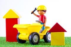 Een plastic stuk speelgoed uiteindevrachtwagen Stock Foto