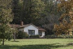 Een plattelandshuisje in de kant van het land royalty-vrije stock foto's