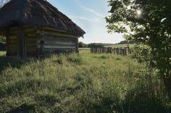 Een plattelandshuisje van grote houten logboeken stock afbeeldingen