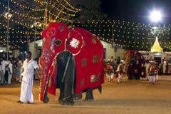 Een plechtige olifant wordt geleid door de parade bij het Kataragama-Festival in Sri Lanka Royalty-vrije Stock Afbeelding