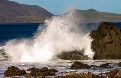 Een plons door sterke golven wordt veroorzaakt die royalty-vrije stock foto