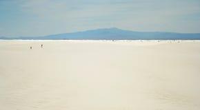 Een poging van de Man en van de Vrouw om Wit Zand te kruisen Royalty-vrije Stock Afbeeldingen