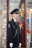 Een politieagent op de post van de banner van het Ministerie van Interne Zaken van Rusland Stock Foto