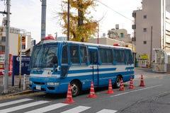 Een politiebus op straat in Tokyo, Japan Stock Afbeeldingen