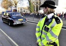 Een politievrouw buiten de Abdij van Westminster Stock Afbeelding