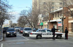 Een politiewagen blokkeert de straat Stock Foto