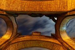 Een poort in een afleidingspark en een mening van de hemel bij nacht Royalty-vrije Stock Foto's