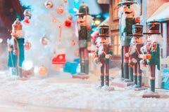 Een een pop en huis van legerkerstmis met sneeuw in de grote glasbal en het licht stock fotografie