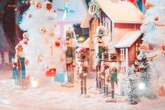 Een een pop en huis van legerkerstmis met sneeuw in de grote glasbal en het licht stock foto