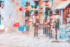 Een een pop en huis van legerkerstmis met sneeuw in de grote glasbal en het licht stock afbeeldingen