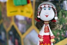 Een pop in het nationale Chuvash kostuum en in hoofddeksel met muntstukken royalty-vrije stock foto's