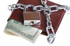 Een portefeuille met een ketting en een hangslot Stock Foto's