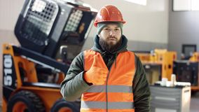 Een portret goede werktuigkundige toont tekengoedkeuring, die duimen opgeven de professionele dienst van de werknemersauto toont  stock video