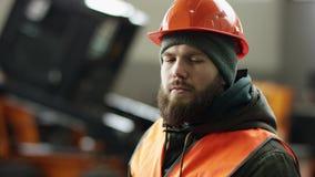 Een portret goede werktuigkundige toont tekengoedkeuring, die duimen opgeven de professionele dienst van de werknemersauto toont  stock footage