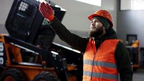 Een portret goede werktuigkundige toont tekengoedkeuring, die duimen opgeven de professionele dienst van de werknemersauto toont  stock videobeelden
