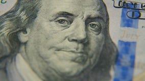 Een portret van Benjamin Franklin op een honderd-dollar rekeningsclose-up stock footage