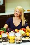 Een portret van blonde bij keuken Stock Foto