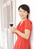 Een portret van een drinkend meisje Stock Afbeeldingen