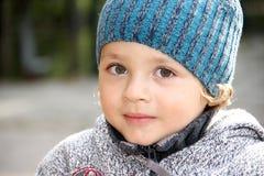 Een portret van een kleine jongen buiten. Royalty-vrije Stock Afbeelding