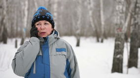 Een portret van een volwassen vrouw die door de telefoon spreken stock videobeelden