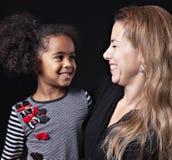 Een portret van gelukkige vrolijke Afrikaanse familie die op zwarte achtergrond wordt geïsoleerd royalty-vrije stock foto