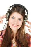 Een portret van glimlachend meisje in hoofdtelefoons, dat hen handen houdt Royalty-vrije Stock Fotografie