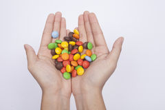 Een portret van het geven van suikergoedchocolade, isoleert witte achtergrond Stock Foto