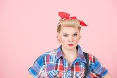 Een Portret van het speld-omhooggaande meisje van de blondekrul met rode hoofdsjaal Modieuze mooie samenstelling op roze achtergr stock foto