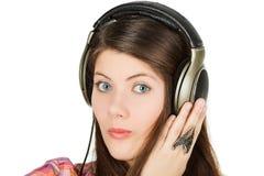 Een portret van het verraste meisje is in hoofdtelefoons Stock Foto's